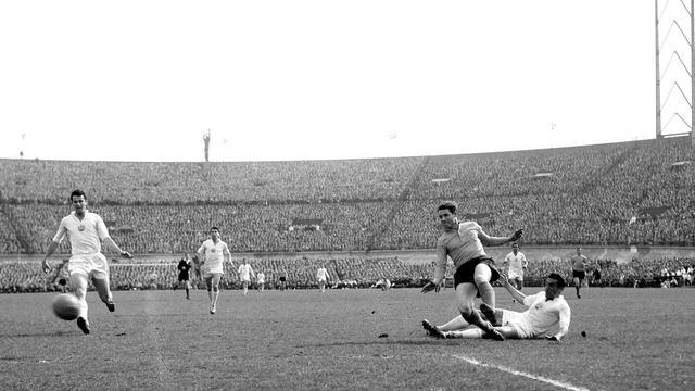 Tonny van der Linden scoort in 1960 voor Oranje tegen Bulgarije