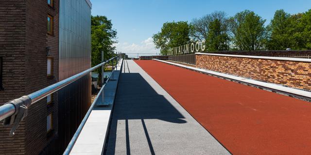 Basisschool met fietspad op dak officieel geopend