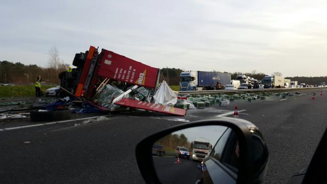 A4 bezaaid met bierflessen na dodelijk ongeluk met vrachtwagen