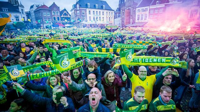 Duizenden supporters vieren huldiging Fortuna Sittard voor promotie
