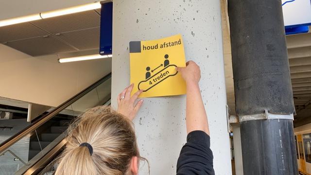 Nieuwe maatregelen op NS-stations: houd vier treden en vijf tegels afstand