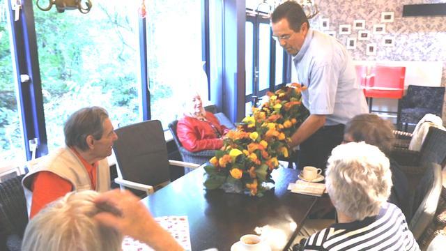 Bloemist bezorgt bloemen van Prinsjesdag bij zorgcentra Den Haag