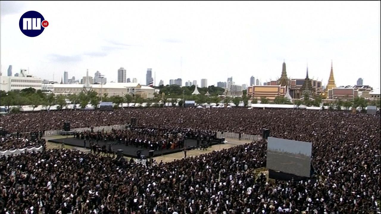 Immense menigte rouwt om dood Thaise koning