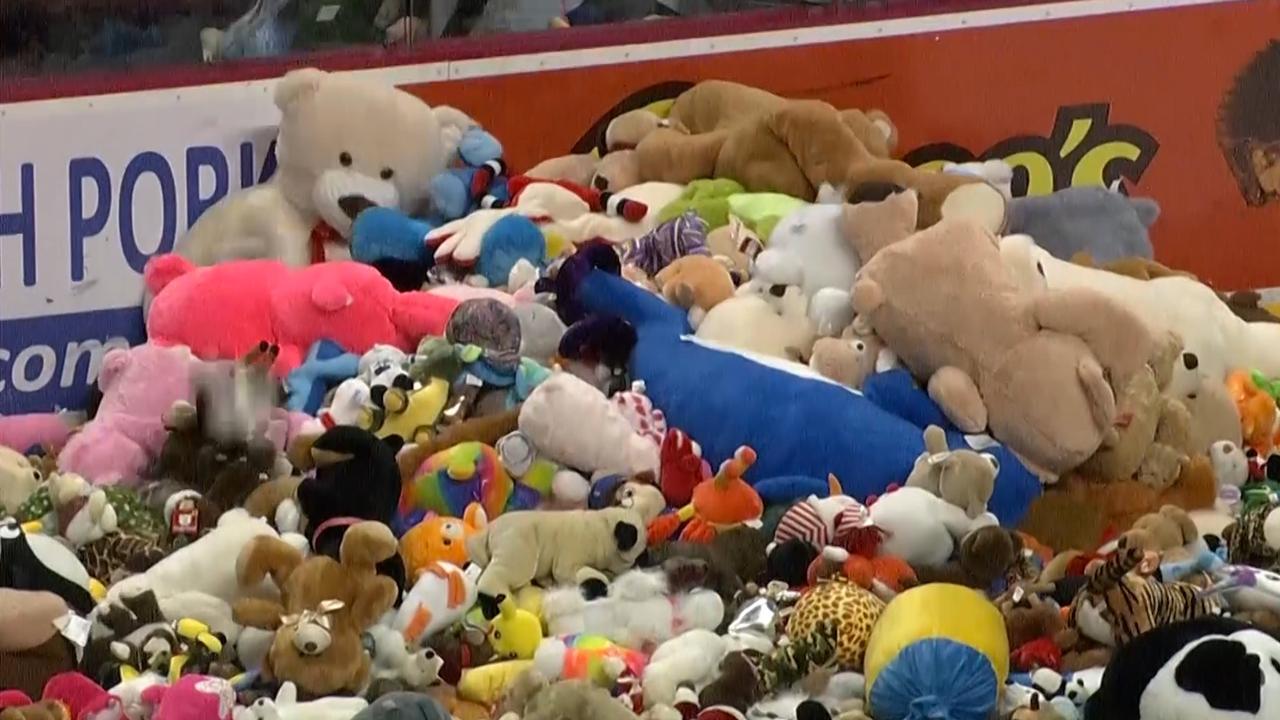 IJshockeyfans gooien tienduizenden teddyberen op ijs na goal