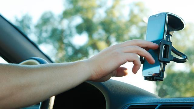Aanraken smartphone in houder tijdens autorijden niet verboden