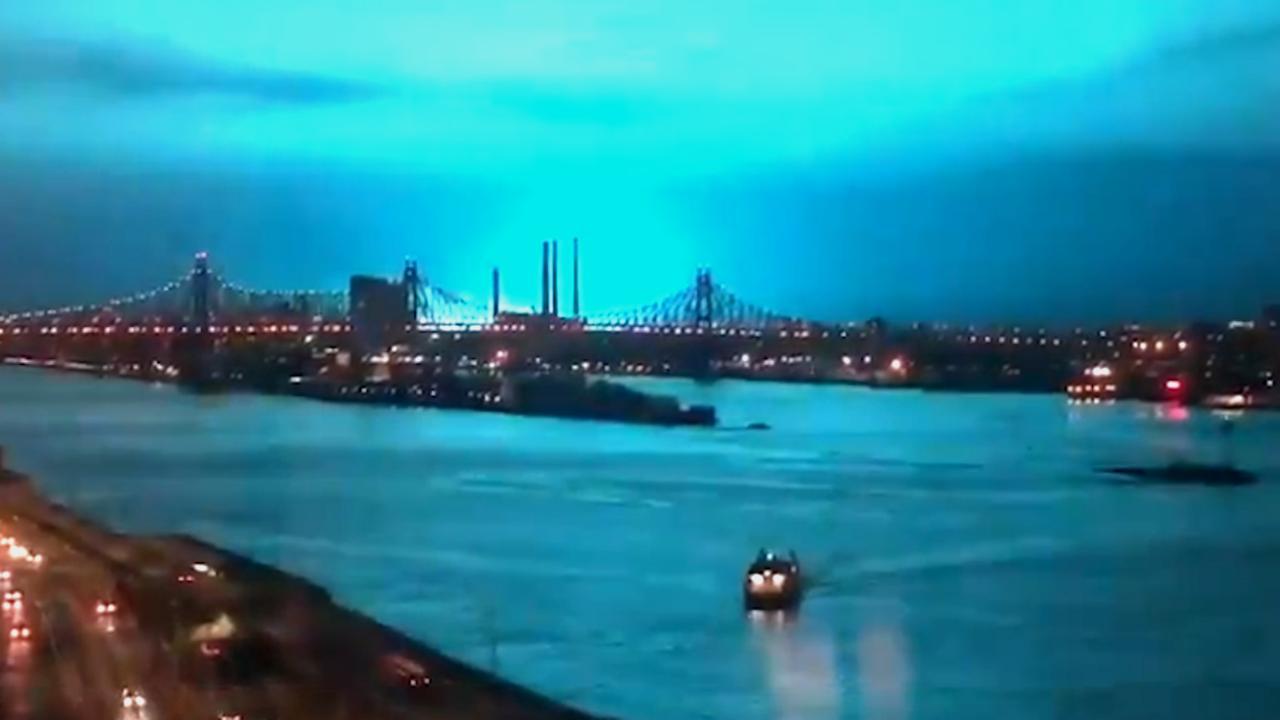 Explosie in energiecentrale kleurt lucht New York blauw
