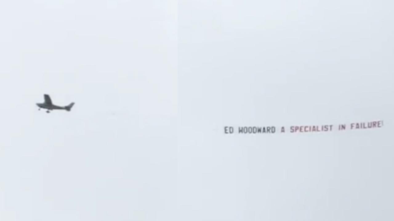 Vliegtuig met banner voor vicevoorzitter United vliegt over tijdens wedstrijd