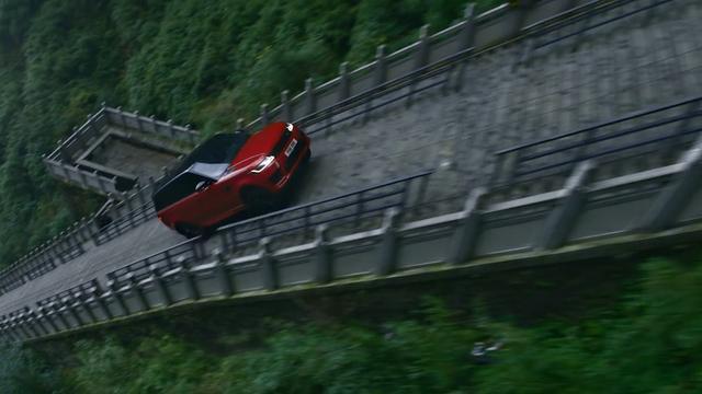Terreinwagen beklimt steile trap tegen bergwand in China