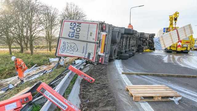 Afrit A27 afgesloten vanwege gekantelde vrachtwagen bij Breda