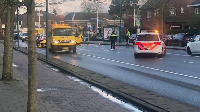 Auto total loss na aanrijding met lantaarnpaal in Oestgeest