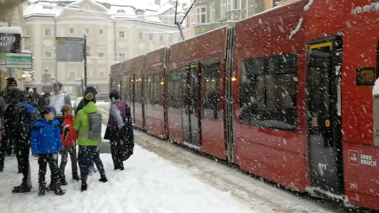 Flinke sneeuwval in het centrum van Innsbruck