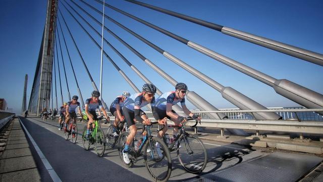 'Klimaatklassieker':  Profwielrenners fietsen langs de nieuwe kustlijn