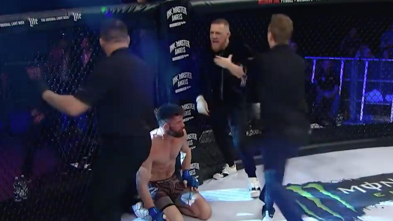 Conor McGregor betreedt ring en wil scheidsrechter aanvliegen