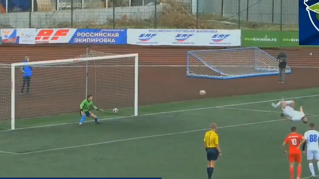 Speler Rubin Kazan benut penalty met achterwaartse salto