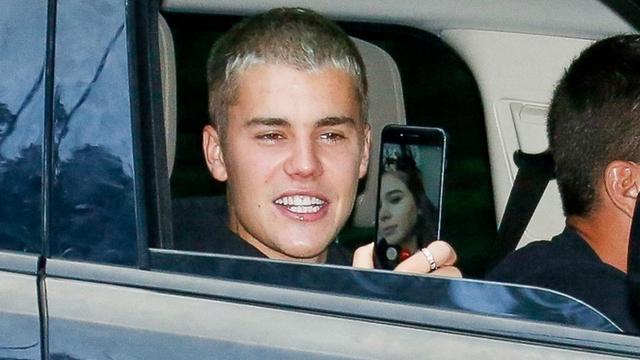 Justin Bieber aangehouden voor bellen in de auto