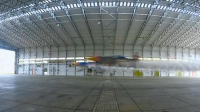 Britse piloten maken eerste formatievlucht ooit door gebouw
