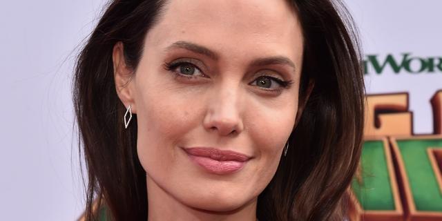'Angelina Jolie laat drie nieuwe tatoeages zetten'
