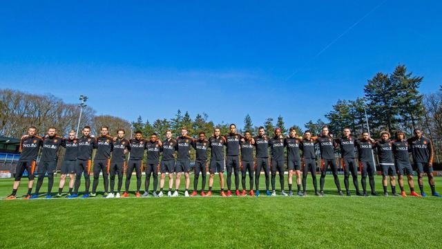 Spelers Nederlands elftal staan op trainingsveld stil bij aanslag Utrecht