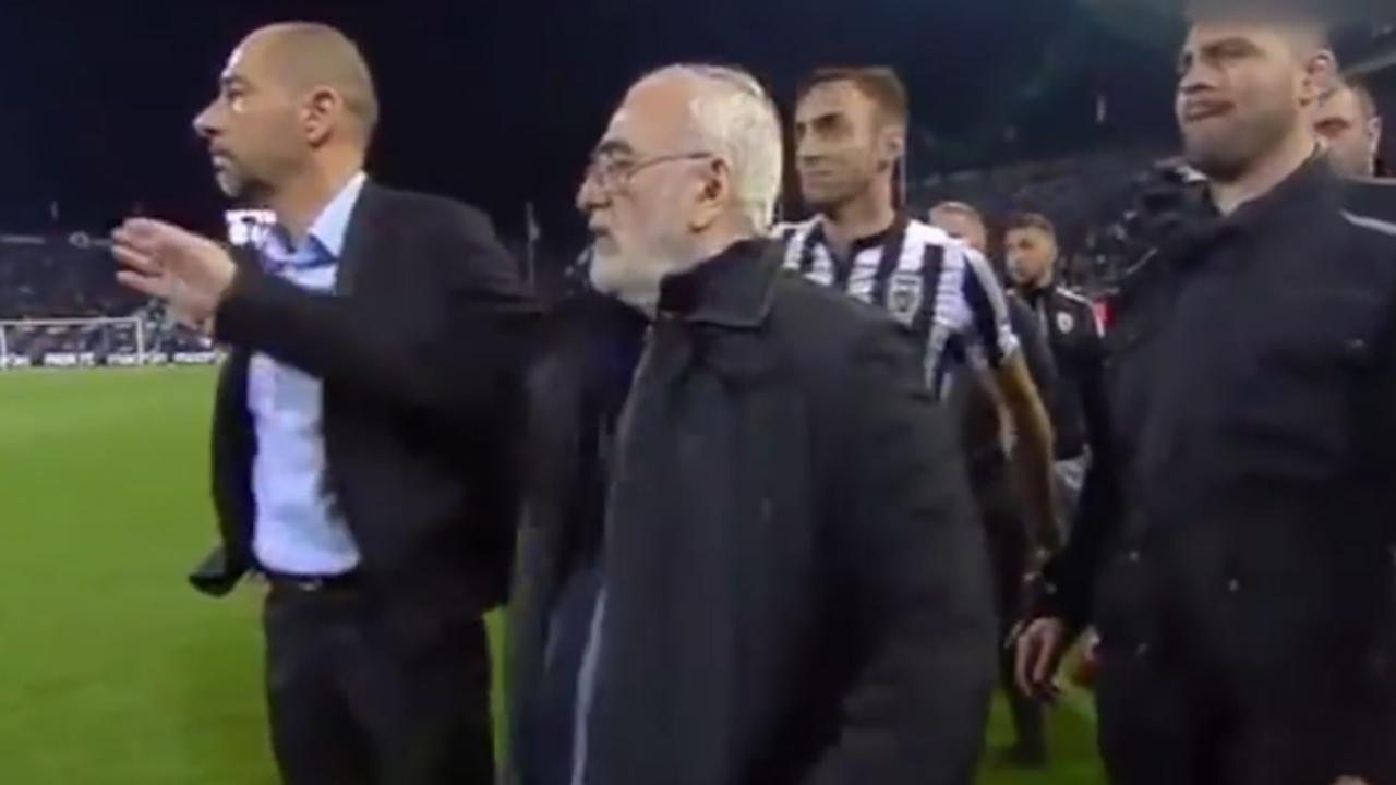 Woeste voorzitter PAOK betreedt veld na afgekeurde goal