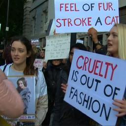 Video: Honderden mensen protesteren tegen bont bij modeshow Burberry