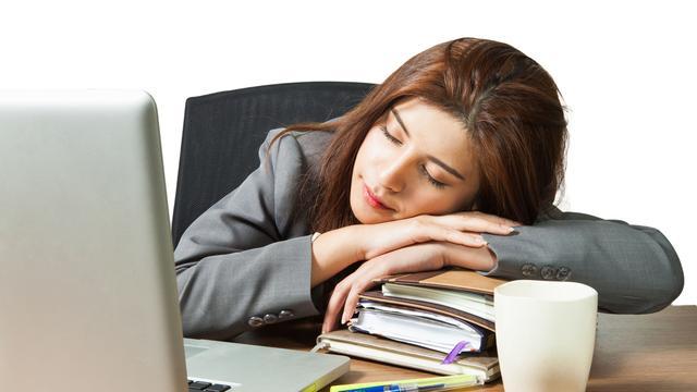 Beter presteren door een dutje van twintig minuten op je werk