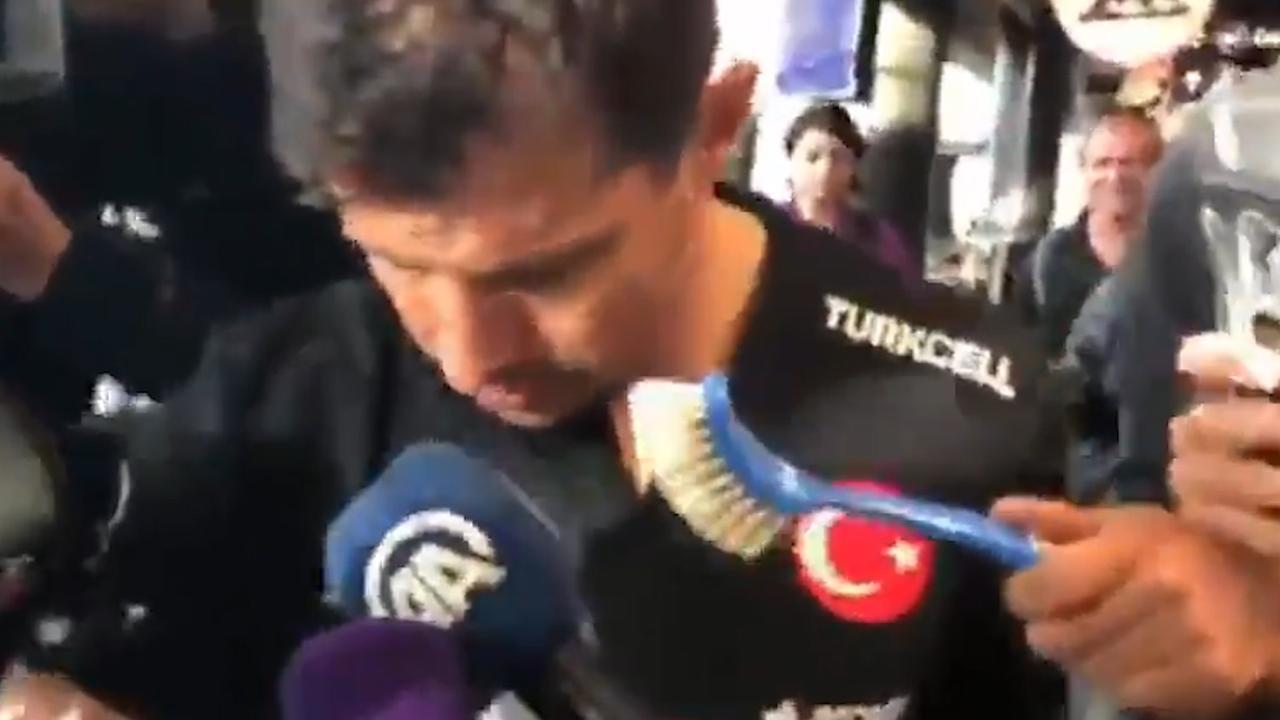 Aanvoerder Turks elftal wordt 'geïnterviewd' met afwasborstel