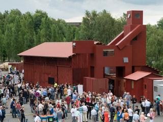 Kunstwerk van rode gebouwtjes kan worden gezien als copulerend paar
