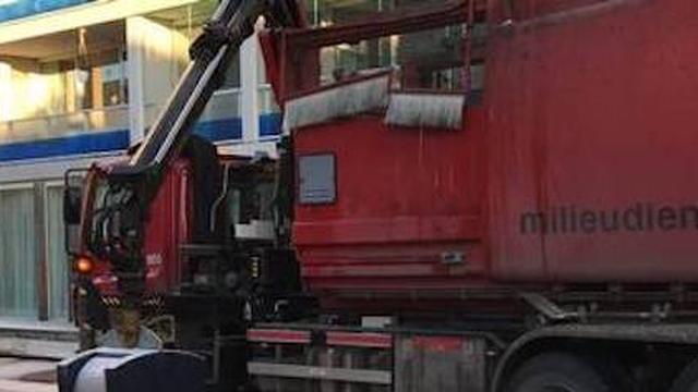 Vuilnisman redt dierbare spullen uit ondergrondse container