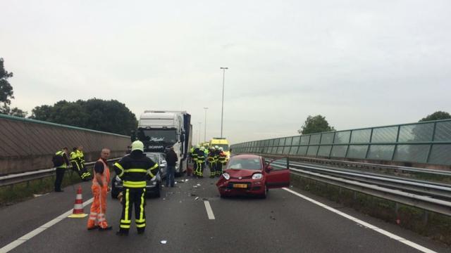 A27 helemaal dicht bij afrit Nieuwendijk door kettingbotsing met vrachtwagen.