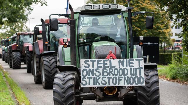 Boeren op trekkers veroorzaken verkeershinder bij provinciehuis Haarlem