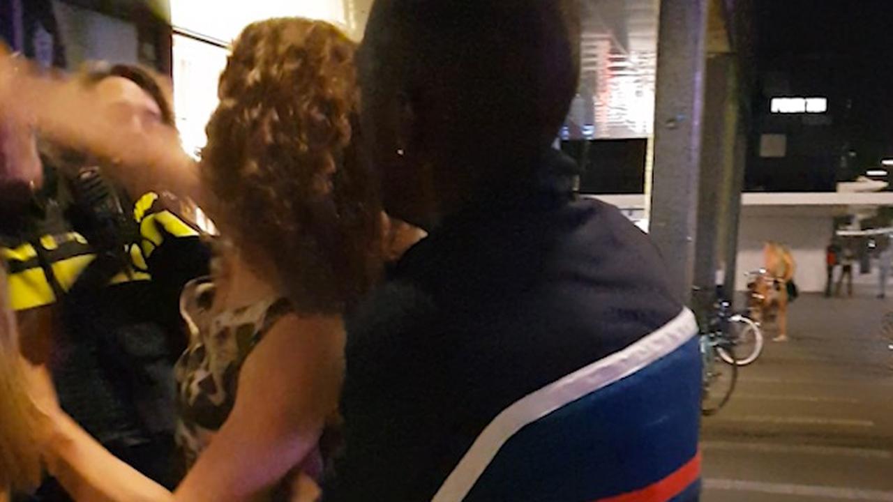 Agent slaat vrouw nadat ze tik uitdeelt bij arrestatie Rotterdam