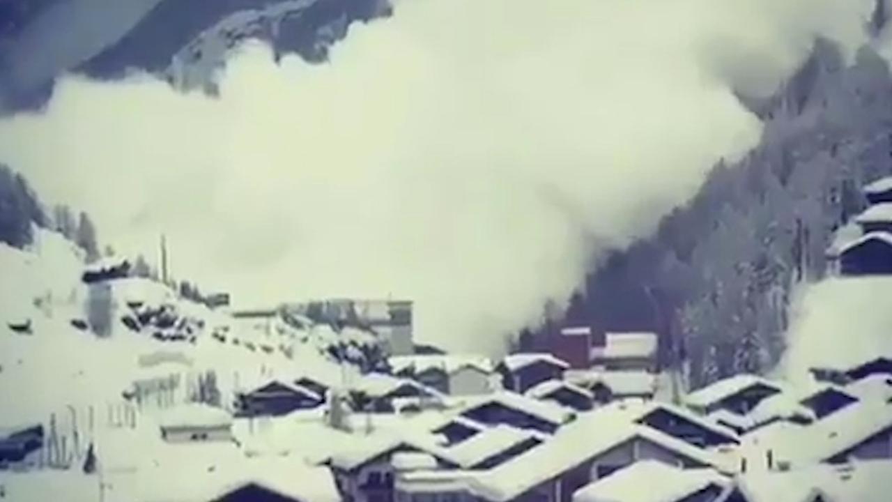 Toeristen filmen meerdere lawines in het Zwitserse Zermatt