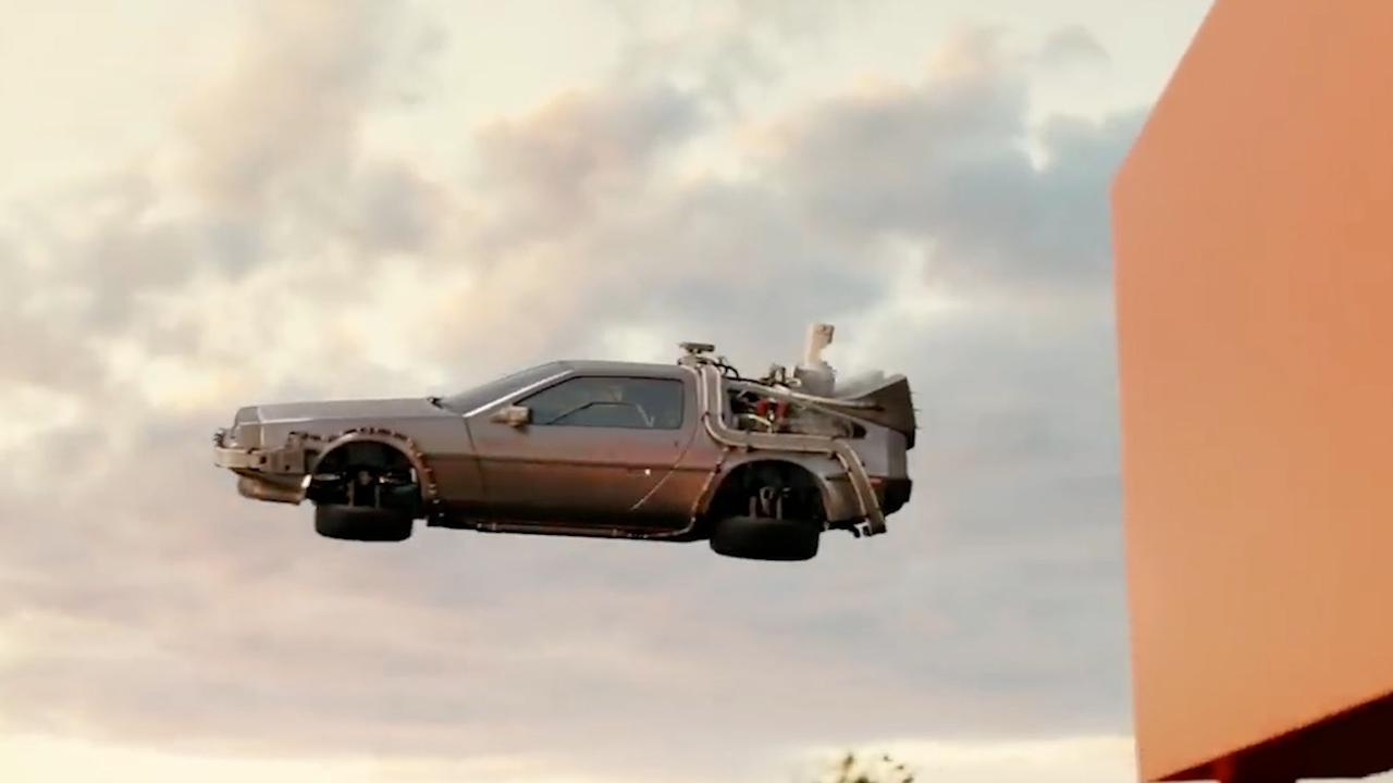 Beroemde auto's halen boodschappen in reclame supermarkt VS