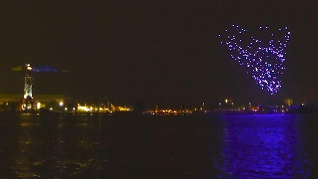 Honderden drones voeren kunstvoorstelling op boven het IJ