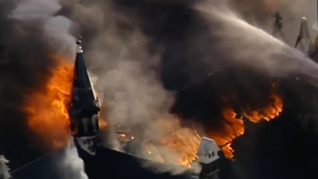 Toren stort in tijdens verwoestende brand in kerk Milwaukee