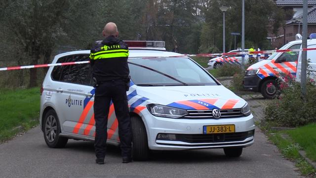 Politie zet omgeving af na vondst dode vrouw en kind in Haren