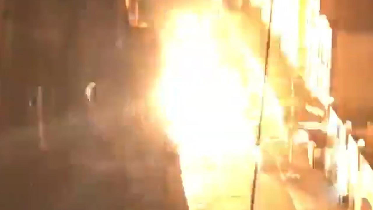 Mensen filmen explosies en vuur in rioolputten New York