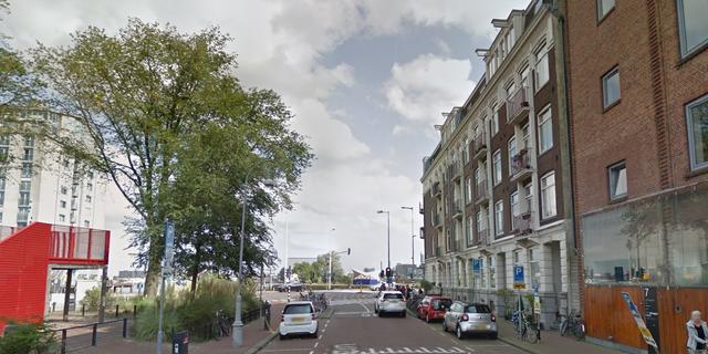 Brandweer haalt gewonde man uit brandende woning Barentszplein