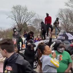 Video | Mensen springen op politieauto's na dood zwarte man in Minnesota
