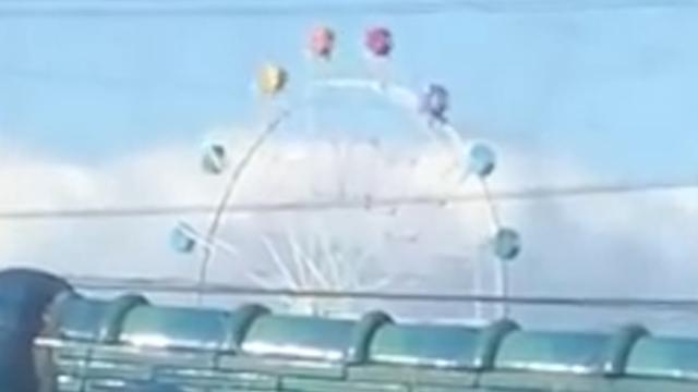 Karretjes reuzenrad vliegen in het rond door tyfoon Japan