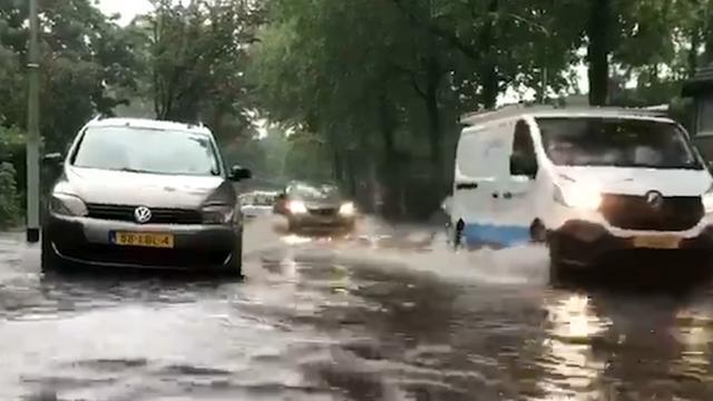 Compilatie: Straten onder water na wolkbreuk in Zuid-Nederland