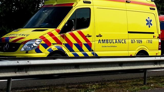 Auto tegen pijler A58, bestuurster gewond