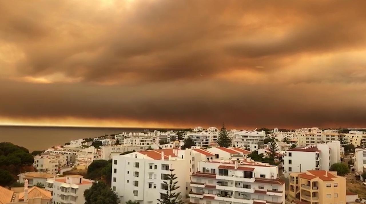 Lucht Algarve kleurt oranje door enorme bosbrand