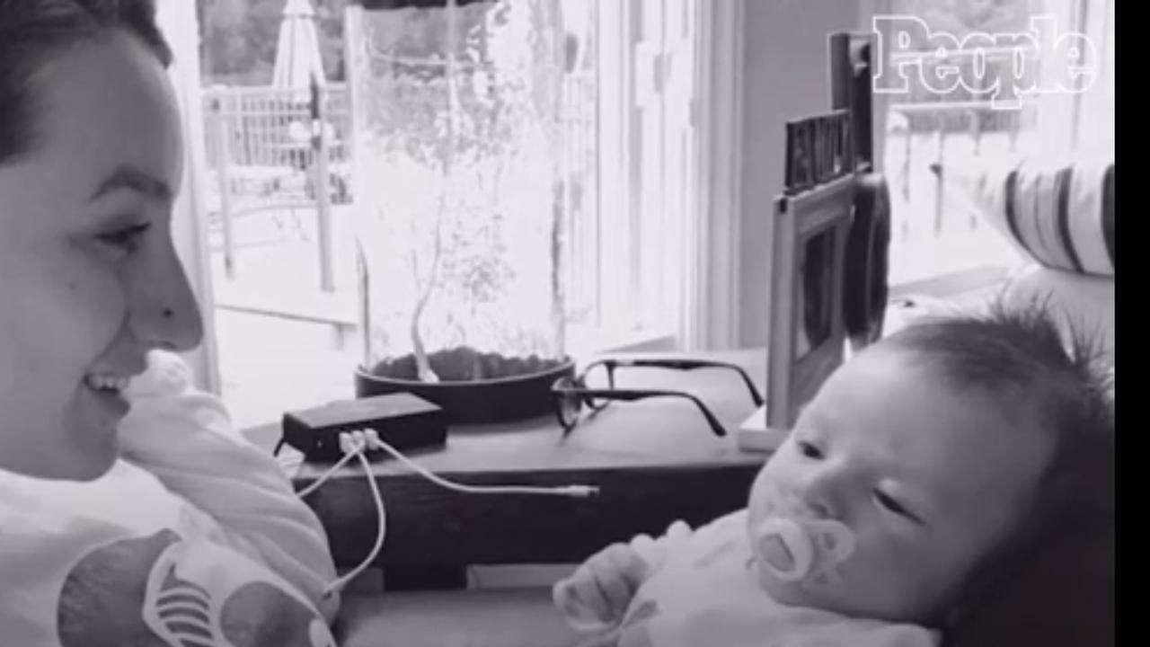 Baby van 2 maanden oud zegt 'Hello'