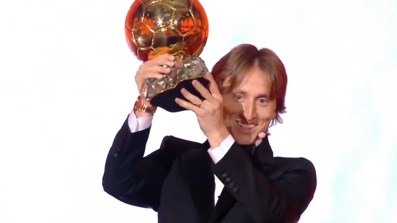 Modric krijgt Gouden Bal uitgereikt in Parijs
