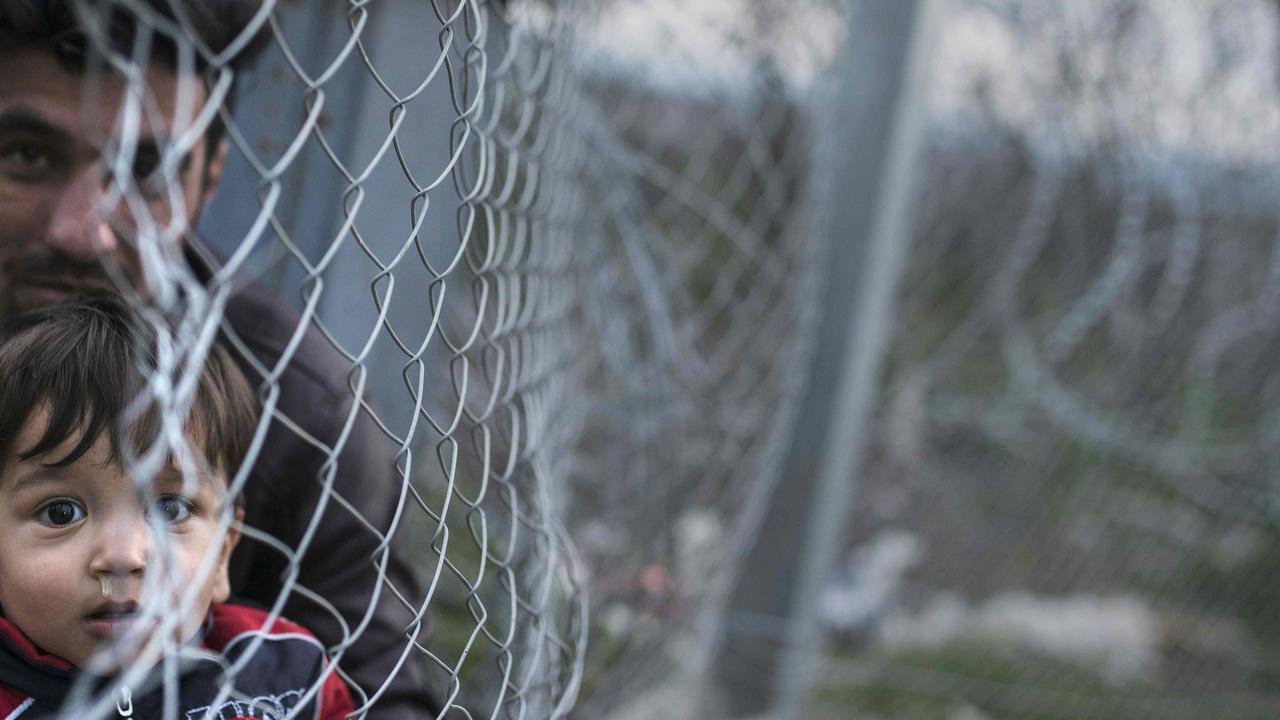 Duizenden migranten wachten bij grens Macedonië
