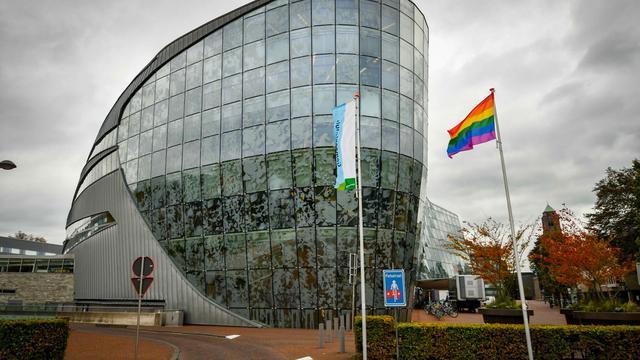 Alphen hijst regenboogvlag op Coming Out Day