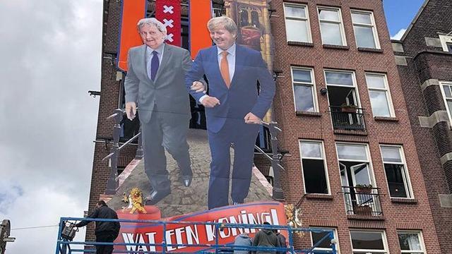 Iconische foto Van der Laan met koning levensgroot in Amsterdamse Jordaan