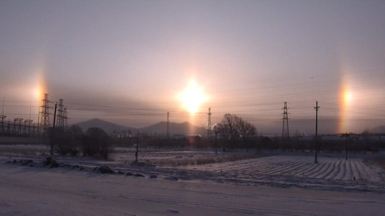 Optische illusie toont drie 'zonnen' in de lucht boven China