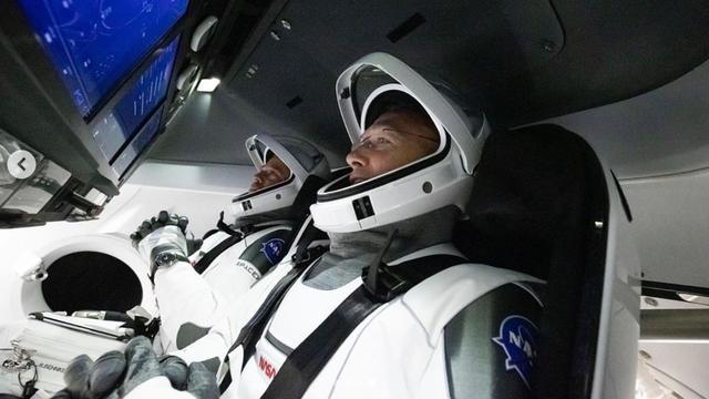 Eerste commerciële astronautencapsule meert aan bij ISS